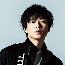 黒い服を着た加藤シゲアキ