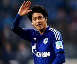 右手を上げて挨拶をする内田篤人