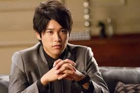 グレーのスーツを着た内田篤人