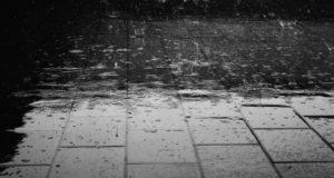 地面に打ち付ける雨