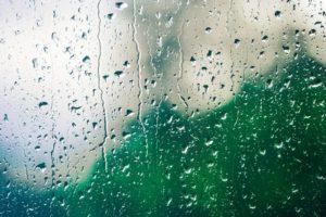窓をつたう雨粒