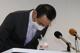 頭を下げて謝罪する遠藤浩教育長