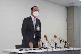 記者会見をする遠藤浩教育長
