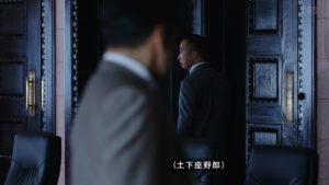 ドア越しに立つ伊佐山部長