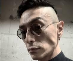 眼鏡をかけた伊勢谷友介