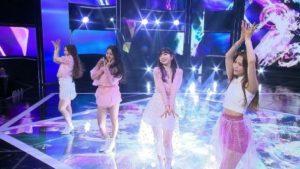 ダンスを踊るミイヒと虹プロメンバー