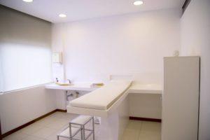 白い病院の病室