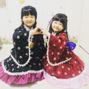 韓国の民族衣装らしきものを着るはねまり姉妹