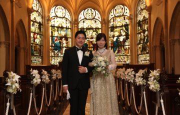 教会で写真を撮るはねまり姉妹のママとパパ