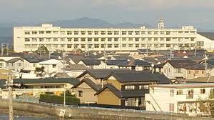 遠くに見える静岡県立湖西高等学校の校舎