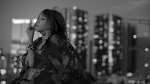 LiSAと夜景の白黒画像