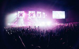 大人数の観客がいるコンサート会場