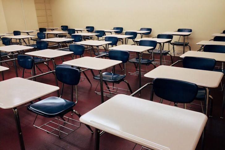 学校の教室にある机と椅子