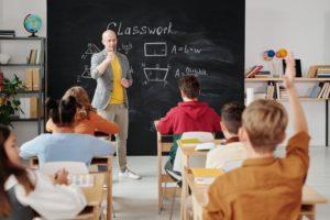 授業をする先生と生徒