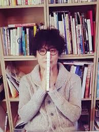顔の前で両手で本を挟む杉田陽平