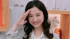 敬礼する笑顔の吉高由里子