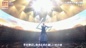 ステージで歌を歌うLisa