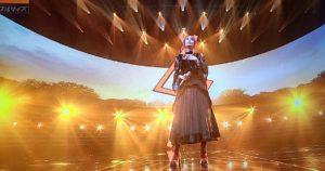 ステージに立ち胸に手を当てるLisa