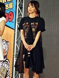 Tシャツ姿でステージに立つLisa