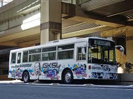 派手に塗装されたガキ使バス
