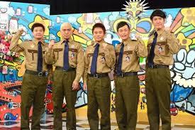 カーキ色の衣装を着たガキ使メンバーの5人