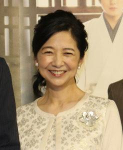 白い衣装を着た笑顔の宮崎美子
