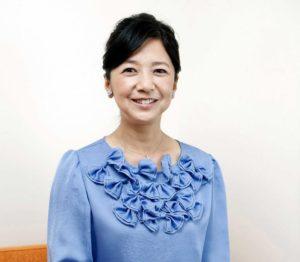あおい服を着た笑顔の宮崎美子