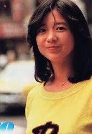 黄色の服を着た若い頃の宮崎美子