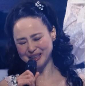 マイクを持って歌う松田聖子