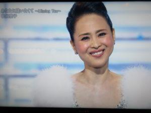 白い衣装を着た松田聖子