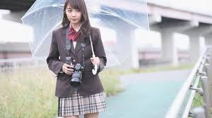 傘をさしてカメラを持つ制服姿の黒木ひかり