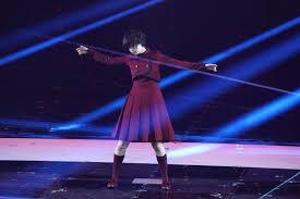 赤い衣装を着て踊る平手友梨奈