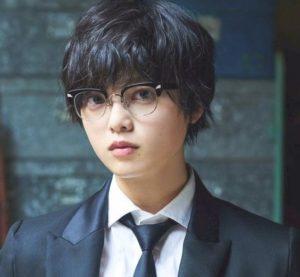 眼鏡をかけた平手友梨奈