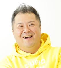 黄色のパーカーを着たブラマヨ小杉