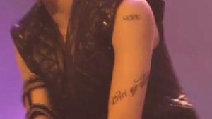 ホソクの二の腕のタトゥー