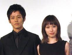 黒い服を着た戸田恵梨香と松坂桃李