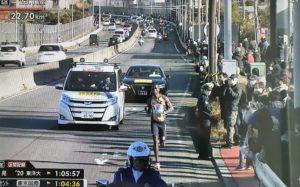 箱根駅伝を沿道で応援する人たち