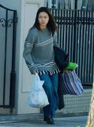 ビニール袋を持って歩く二階堂ふみ