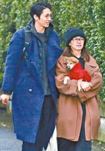 犬を抱える二階堂ふみと米倉強太