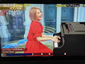 笑顔でピアノを演奏するハラミちゃん