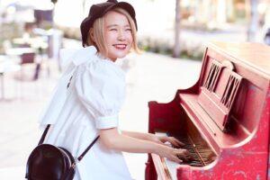 笑顔でピアノを弾くハラミちゃん