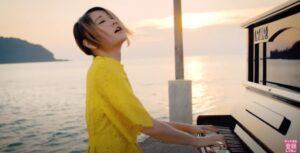 水辺でピアノを演奏するハラミちゃん