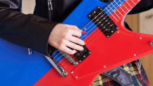 ギターを弾く女性の手