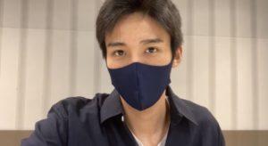 黒いマスクをした目黒蓮