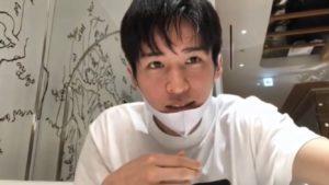 白いTシャツを着た目黒蓮