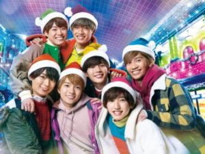クリスマスの帽子をかぶったなにわ男子のメンバー