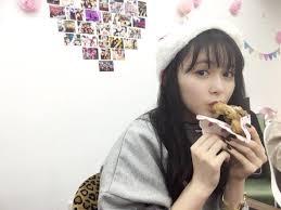 ドーナツを食べる久間田琳加