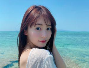 海辺で写真を撮る久間田琳加