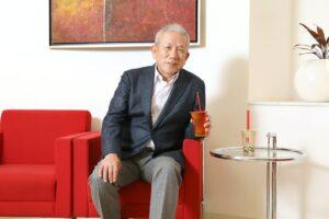赤い椅子に座る原田泳幸