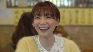 黄色い衣装を着た笑顔の倉科カナ